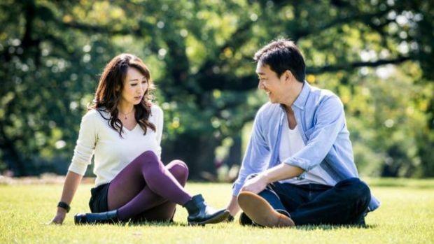 Una pareja japonesa en unm parque en Tokio.
