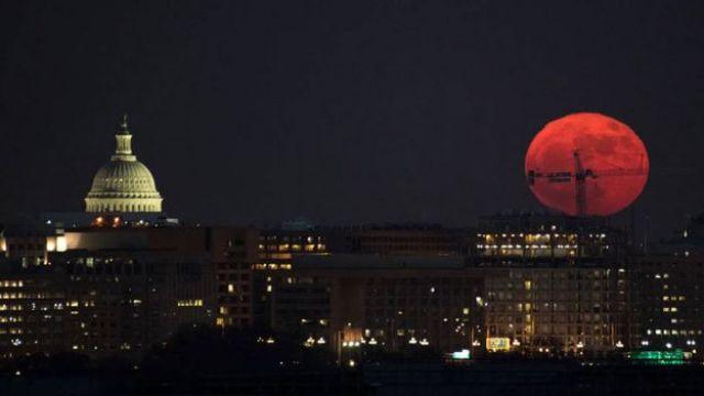 Imagen de una Luna grande y rojiza durante la superluna del 3 de diciembre de 2017 vista en Washington. (Foto: NASA)