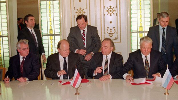 Kravchuk and Shushkevich (seated left), with Yeltsin (right)