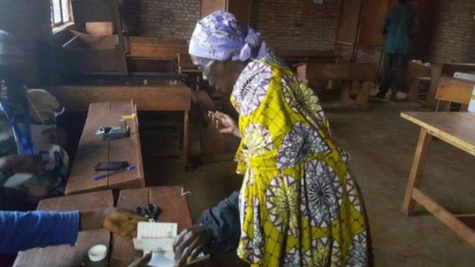 Mama akipiga kura yake nchini Burundi