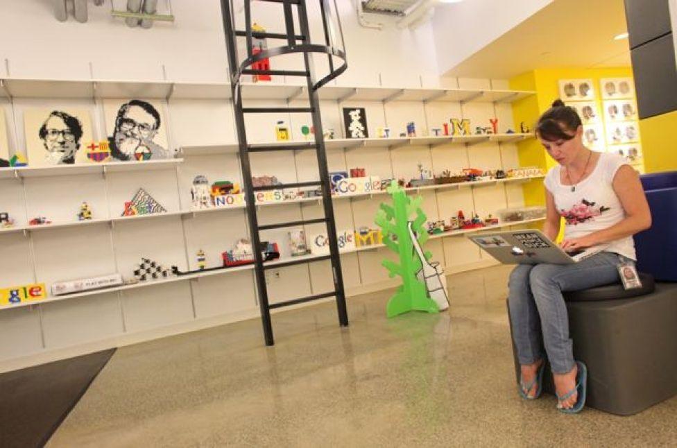 Una mujer en el cuarto piso de la oficina de Google en Manhattan, que tiene un espacio para jugar con Lego.