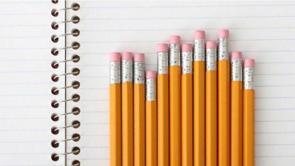 أقلام رصاص فوق كراسة بيضاء
