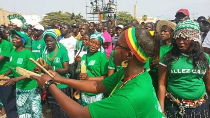 Des fans sénégalaises dans une fan zone à Dakar (Sénégal).