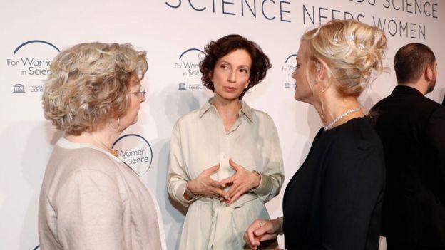 """La UNESCO celebró recientemente la ceremonia de entrega de sus premios """"Mujeres en la Ciencia"""". En la foto (de izq. a derecha) la profesora premiada Ingrid Daubechies, de Estados Unidos; la directora general de la UNESCO, Audrey Azoulay, y la también premiada profesora argentina Karen Hallberg."""