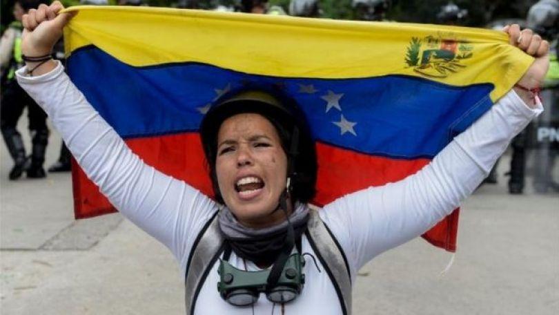 Manifestante con una bandera venezolana.