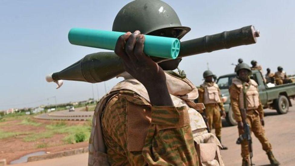 Un soldat burkinabé tenant une roquette et son chargeur lors de la crise de septembre 2015.