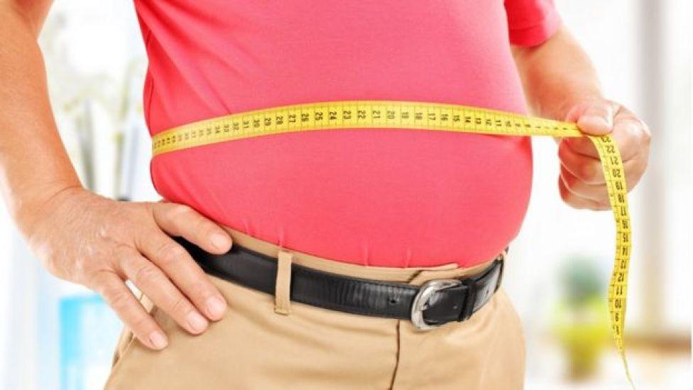 Homem de idade mede sua barriga