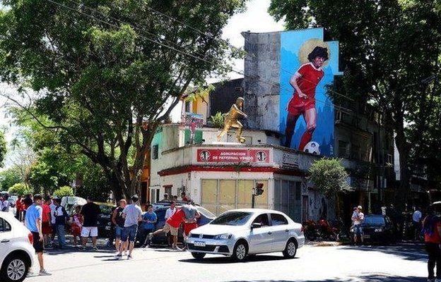 Una estatua y un mural de Maradona se encuentran a las afueras del campo de Argentinos Juniors.
