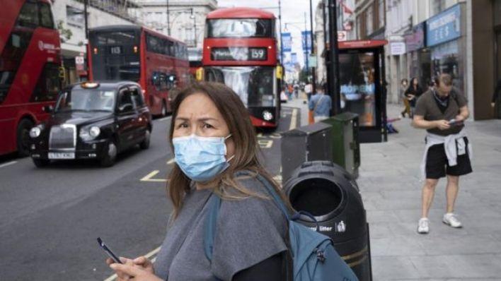 امرأة ترتدي كمامة في لندن