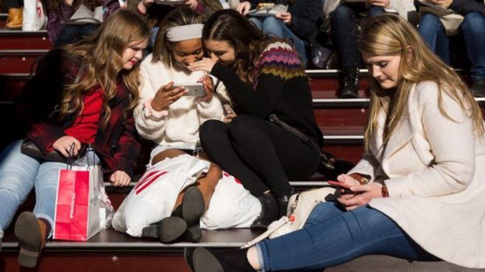 adolescentes usando celulares