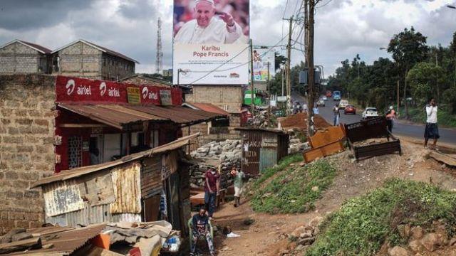 Une affiche accueillant le Pape François au Kenya est photographiée dans le bidonville de Kangemi le 24 novembre 2015 à Nairobi, au Kenya.