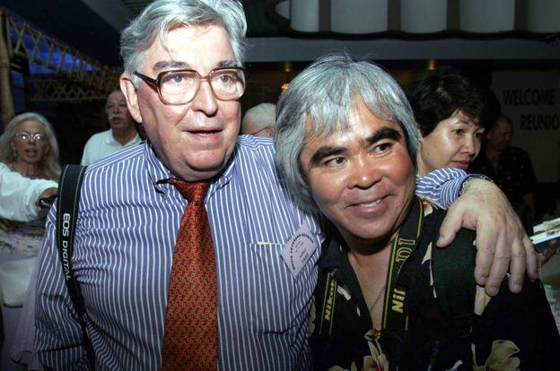 Nhiếp ảnh gia Đức Horst Faas (trái) và Nick Út, tại Sài Gòn ngày 28 tháng Tư năm 2005, ba mười năm sau khi cuộc chiến Việt Nam kết thúc.