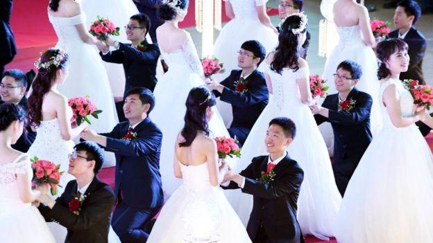 Cerimônia de casamento coletivo na China