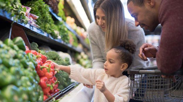 Família faz compras no supermercado
