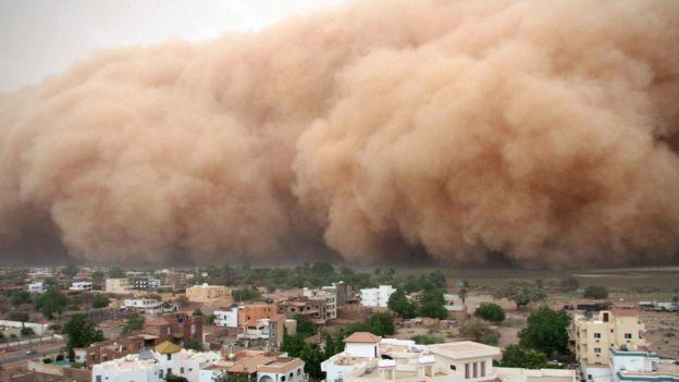 عاصفة ترابية تقترب من الخرطوم في السودان عام 2007