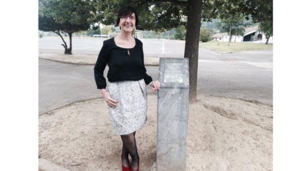Maritere Ojanguren, directora de Lauxeta Ikastola, junto al árbol de Gernika.