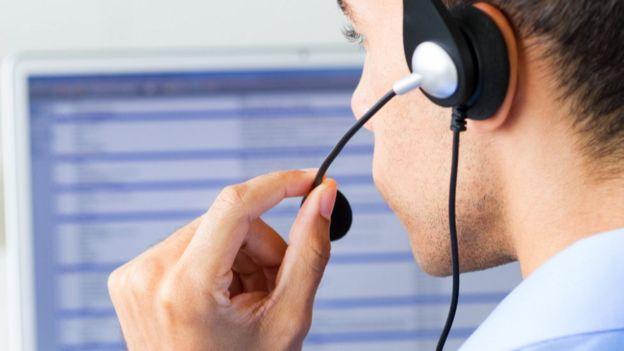 Un hombre en un centro de atención telefónico