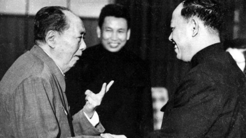 Mao Trạch Đông nói chuyện với Ieng Sary với Pot Pol (giữa) đứng bên cạnh trong một cuộc gặp thập niên 70