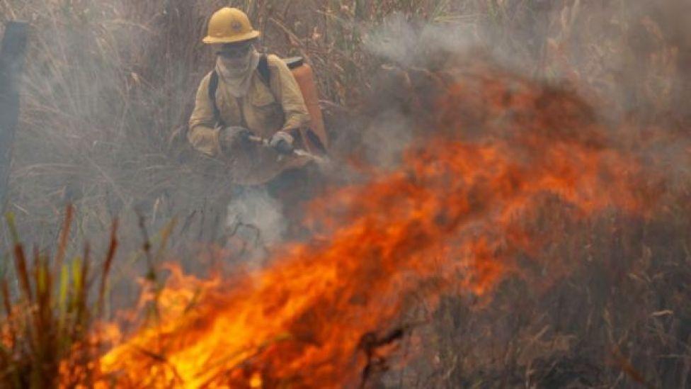 Labores de rescate de incendios en la amazonia brasileña.