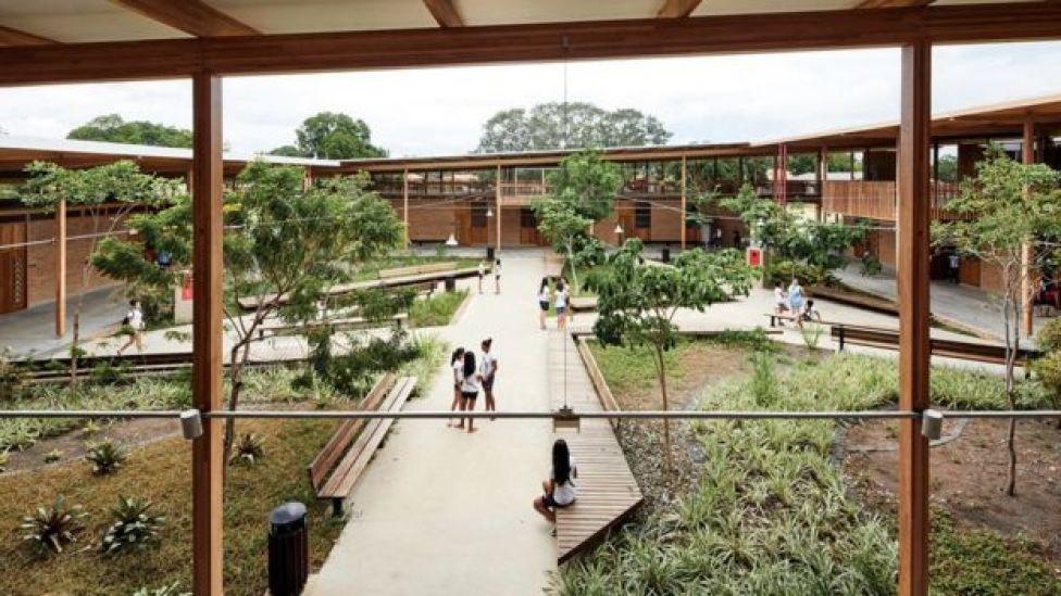 Uno de los patios de la escuela.