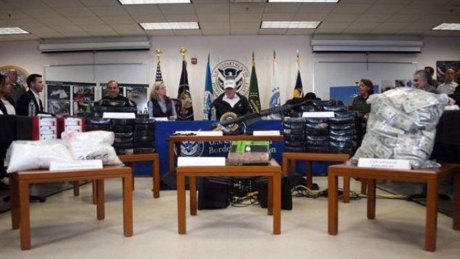 Ông Trump phát biểu tại nhà ga McAllen đằng sau một giàn trưng bày vũ khí, ma túy và tiền mặt được cho là đã bị tuần tra biên giới tịch thu.