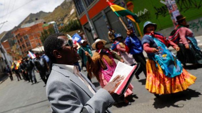 Un pastor lee la Biblia durante una protesta en Bolivia.
