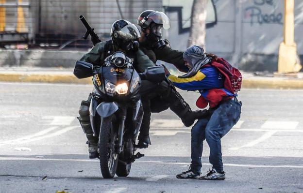 Fuerzas de seguridad luchan con un hombre