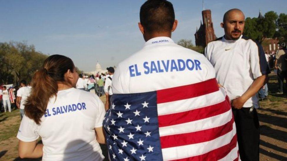 """Manifestantes con camisetas que dicen """"El Salvador"""" y con banderas de Estados Unidos encima (2006)."""