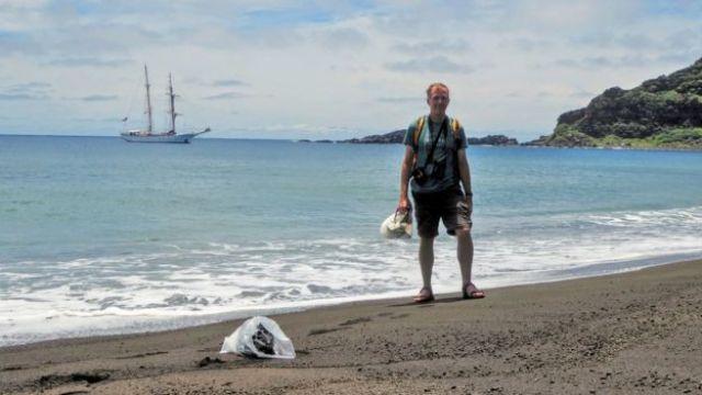 Dan Slayback, pesquisador da Nasa, em nova ilha no Pacífico
