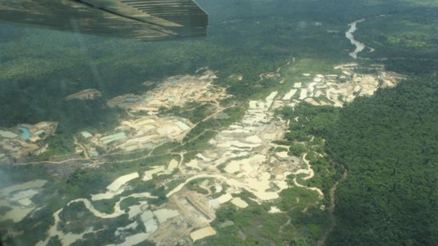 Fotografie aeriană care arată activitatea minieră pe terenurile indigene