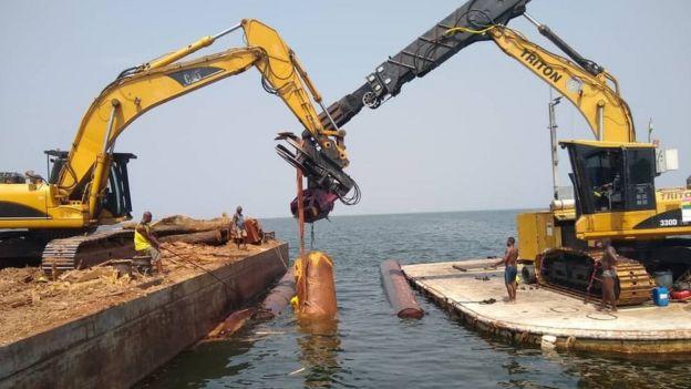 Remoção de madeira do lago Volta