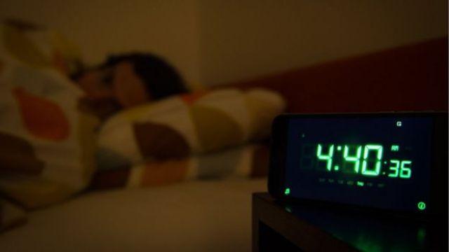 Pessoa dormindo na cama
