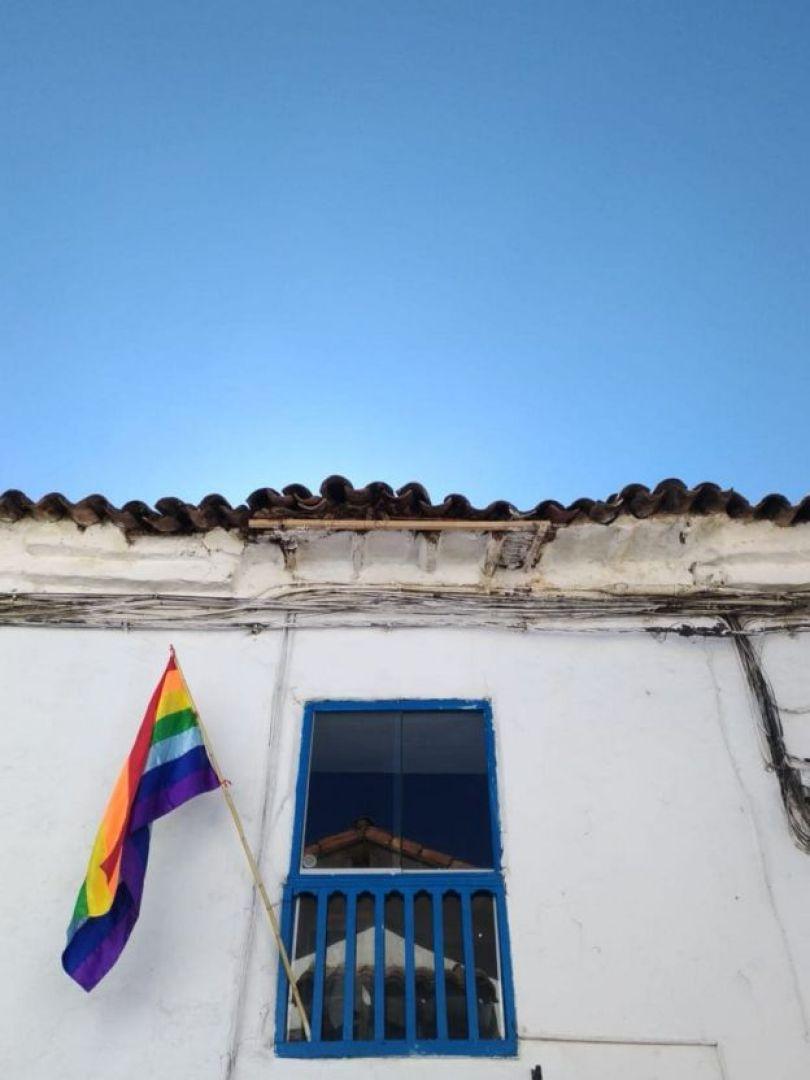 Bandeira do arco-íris de Cusco em fachada de prédio