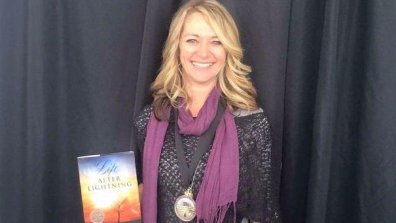 Beth Peterson com o livro