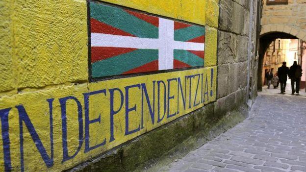 "Un mural que dice ""Independencia"" en vasco"