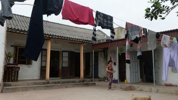 Bà Nguyễn Thị Vy, mẹ kế của Đoàn Thị Hương ở sân nhà tại huyện Nghĩa Hưng, tỉnh Nam Định