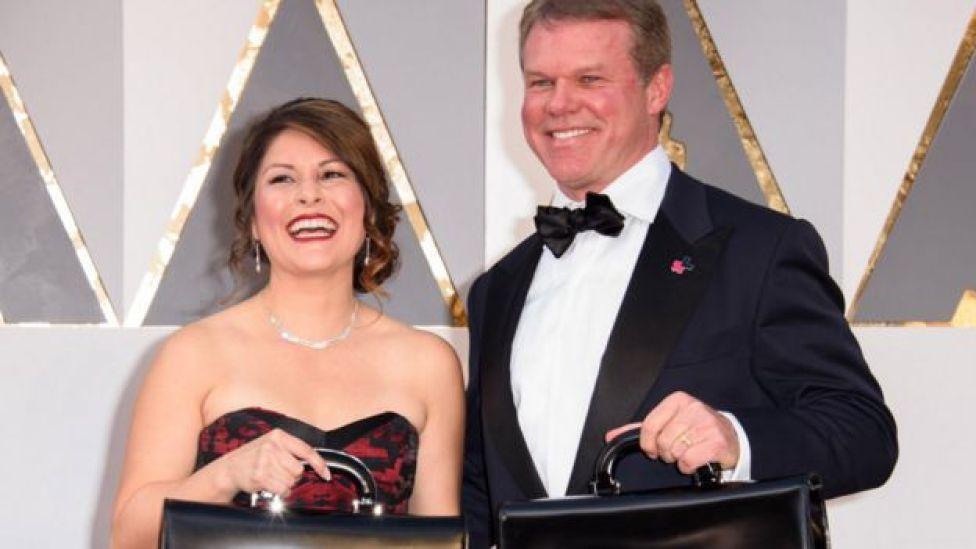 """""""La La Land"""" vs """"Moonlight"""": ¿cómo sucedió el error histórico en los Oscar que hizo que se anunciara al ganador equivocado?"""