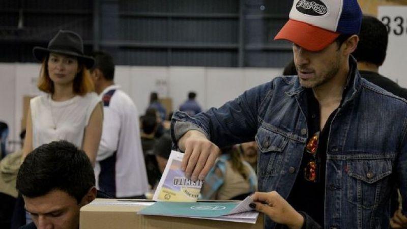 Joven vota en el plebiscito por la paz de Colombia.