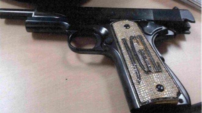 Guzmán'a ait, kabzasına pırlanta işlenmiş bir tabanca