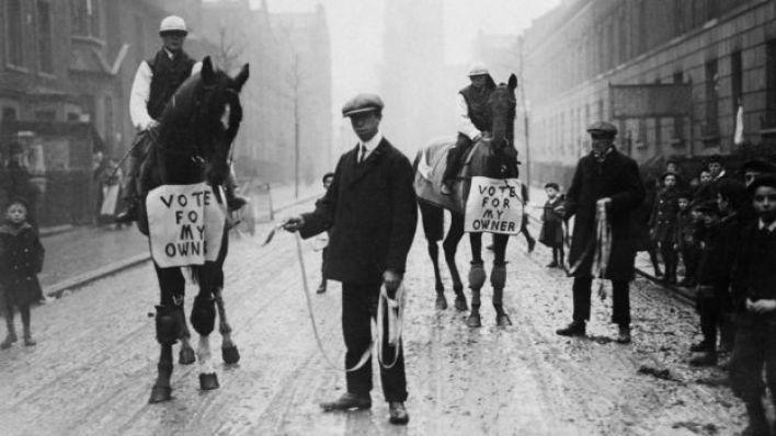 """Siyasetçi Horatio Bottomley, 1910'da atların üzerine """"Oyunuzu sahibime verin"""" yazdırarak kampanya yürütmüştü"""