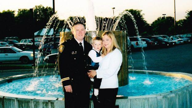 Chris Prochut y su esposa y su hijo.