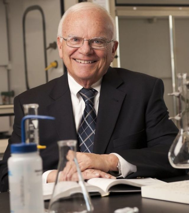 Fotografía del químico John Conkling en su laboratorio.