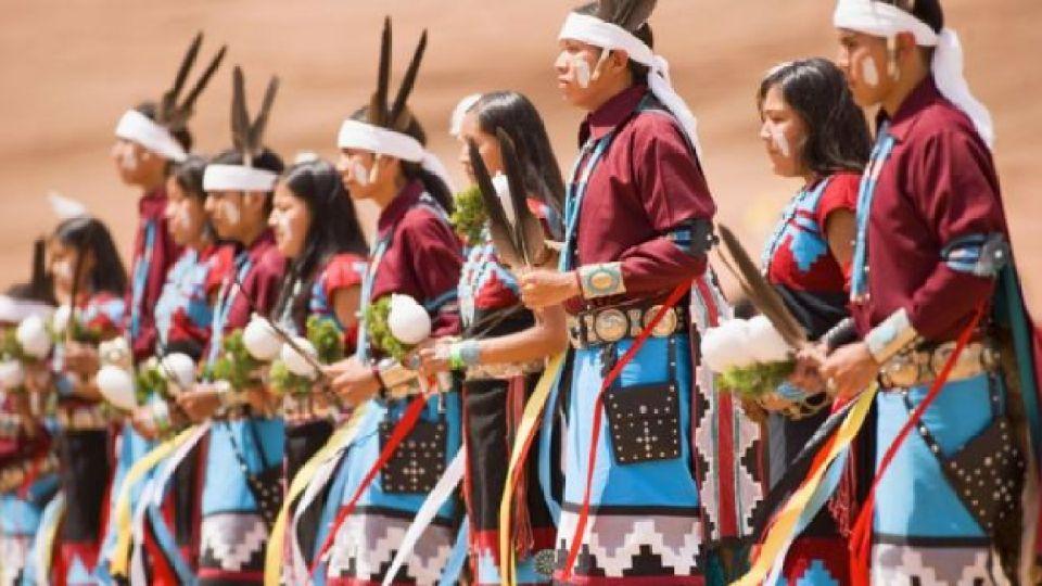 Mujeres navajo preparándose para un baile tradicional.
