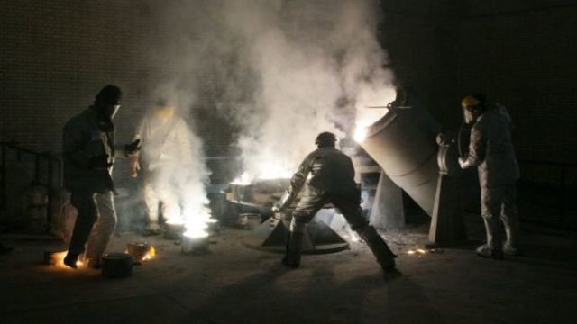 Trabajadores en una planta de conversión de uranio en Irán.