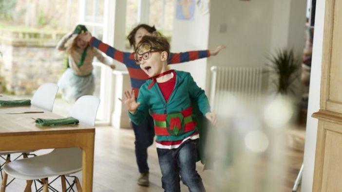 Niños vestidos de superhéroes.