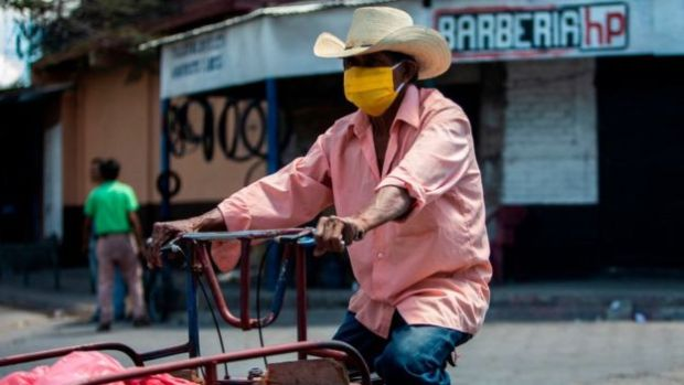 Hombre con mascarilla en Nicaragua