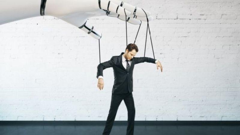Imagem mostra homem sendo manipulado por mão robótica