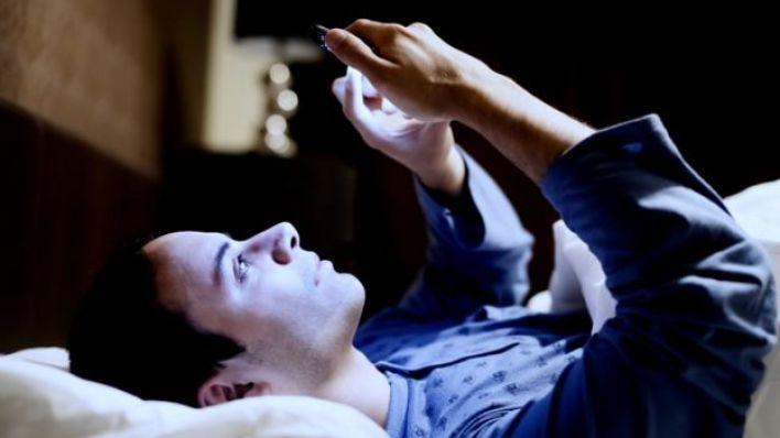 Homem mexe no celular