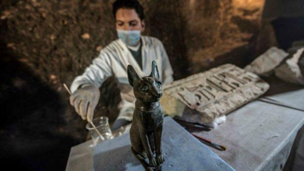 Estatua de bronce de gato.