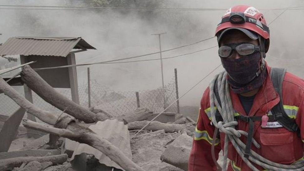 Un rescatista trabaja en la zona de desastre